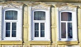 Dos ventanas en la pared de una casa de madera en el estilo ruso Imágenes de archivo libres de regalías