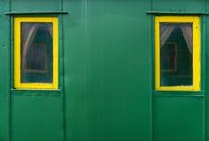 Dos ventanas en un vehículo de pasajeros viejo fotos de archivo