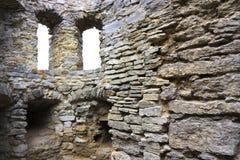 Dos ventanas en una pared de piedra Fotografía de archivo libre de regalías