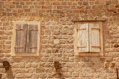Dos ventanas italianas cerradas viejas con los obturadores Imagenes de archivo