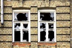 Dos ventanas quebradas Imagen de archivo libre de regalías