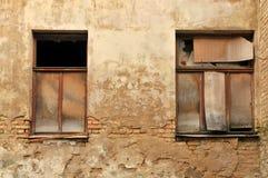 Dos ventanas quebradas Fotografía de archivo