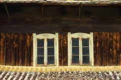 Dos ventanas viejas en casa de madera Imagen de archivo libre de regalías