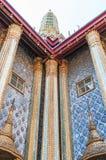 Dos ventanas y cinco columnas en el palacio magnífico, Tailandia Foto de archivo