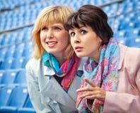 Dos ventiladores de las mujeres que miran la competición Fotografía de archivo libre de regalías