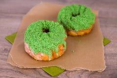 Dos verdes goteados spritz las galletas Fotografía de archivo