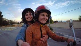Dos vespas del vintage del paseo de los amigos o de los amantes almacen de metraje de vídeo