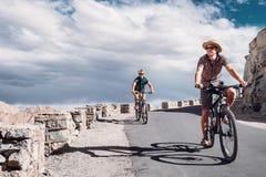 Dos viajeros del bicykle en el camino de la montaña en Himalaya Imágenes de archivo libres de regalías