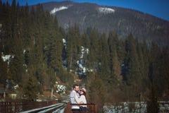 Dos viajeros jovenes que caminan en el puente fotografía de archivo