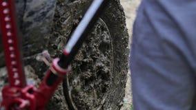 Dos viajeros que substituyen la rueda de SUV expeditionaty en el camino sucio del bosque metrajes