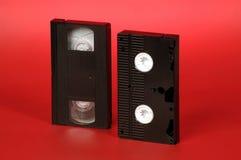 Dos videocintas en un fondo rojo imagen de archivo