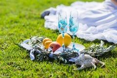 Dos vidrios azules para el champán en la hierba Accesorios de la boda Fotos de archivo