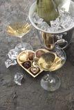 Dos vidrios, botella de champán y chocolate Foto de archivo libre de regalías