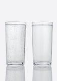 Dos vidrios con agua chispeante y aún sana Fotos de archivo libres de regalías
