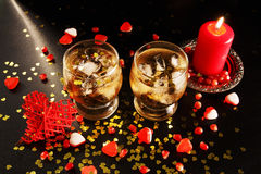 Dos vidrios con alcohol e hielo Imagenes de archivo