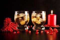 Dos vidrios con alcohol e hielo Imagen de archivo libre de regalías