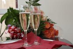 Dos vidrios con champán imagen de archivo