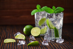 Dos vidrios con el cóctel sin alcohol del mojito sirvieron con lim Imagenes de archivo