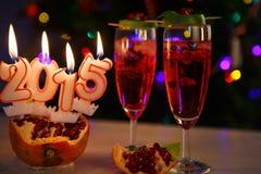 Dos vidrios con el champán y las velas rojos 2015 Fotos de archivo libres de regalías