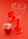 Dos vidrios con el corazón de la tarjeta del día de San Valentín Imagen de archivo libre de regalías