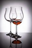 Dos vidrios con el vino rojo, creando la ilusión de cuatro Fotografía de archivo