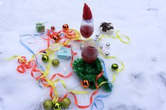 Dos vidrios con el vino rojo en la tabla de madera con los fairylights y la tarjeta de la Feliz Navidad imágenes de archivo libres de regalías