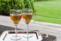 Dos vidrios con el vino rosado frío Imagenes de archivo