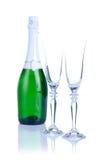 Dos vidrios con la botella del champán aislada en un fondo blanco Foto de archivo