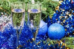 Dos vidrios con las decoraciones y el árbol azules 8 de Navidad Imagen de archivo libre de regalías