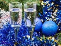 Dos vidrios con las decoraciones y el árbol azules 3 de Navidad Imagen de archivo libre de regalías