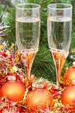 Dos vidrios con las decoraciones y el árbol 7 de Navidad del oro Imágenes de archivo libres de regalías