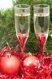 Dos vidrios con las decoraciones y el árbol rojos 3 de Navidad Imagen de archivo libre de regalías