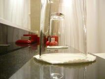 Dos vidrios de agua en cuarto de baño Foto de archivo