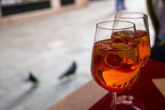 Dos vidrios de aperol del cóctel spritz en una tabla foto de archivo libre de regalías