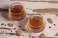 Dos vidrios de brandy en el fondo blanco de madera del granero imagen de archivo