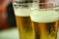 Dos vidrios de cerveza Fotografía de archivo