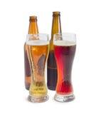 Dos vidrios de cerveza con la cerveza de cerveza dorada y la cerveza oscura Foto de archivo libre de regalías