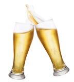 Dos vidrios de cerveza con salpican Imagen de archivo libre de regalías