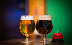 Dos vidrios de cerveza dorada Foto de archivo libre de regalías