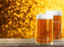 Dos vidrios de cerveza en la tabla foto de archivo libre de regalías