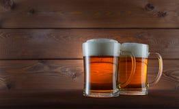 Dos vidrios de cerveza de oro Foto de archivo