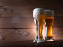 Dos vidrios de cerveza de oro Fotografía de archivo libre de regalías