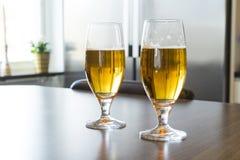 Dos vidrios de cerveza sabrosa fría Imagen de archivo