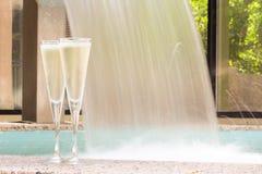 Dos vidrios de champán cerca del Jacuzzi al aire libre Fotografía de archivo