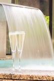 Dos vidrios de champán cerca del Jacuzzi al aire libre Imagen de archivo libre de regalías