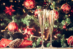 Dos vidrios de champán con el fondo del árbol de navidad holiday Foto de archivo