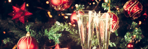 Dos vidrios de champán con el fondo del árbol de navidad holiday Fotos de archivo