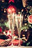 Dos vidrios de champán con el fondo del árbol de navidad holiday Fotos de archivo libres de regalías