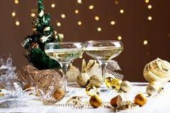 Dos vidrios de champán con el fondo del árbol de navidad Christma Imagenes de archivo