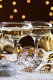 Dos vidrios de champán con el fondo del árbol de navidad Christma Fotos de archivo